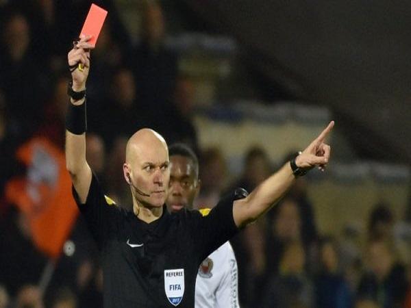 Thẻ đỏ là gì? Khi nào thì thẻ đỏ được trọng tài sử dụng?